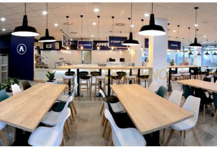 Stylové food courty jsou v dnešní době již považovány za samozřejmost v každém nákupním centru.